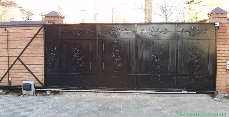 Автоматические откатные ворота из листов металла с ковкой.