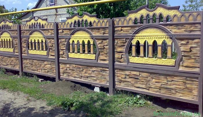 Бетонний паркан на ділянці